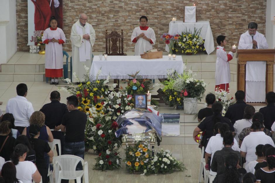 Unas 800 personas asistieron a la misa que se ofició en la iglesia de la colonia Santa Isabel II de Villa Nueva. (Foto: Fredy Hernández/Soy502)