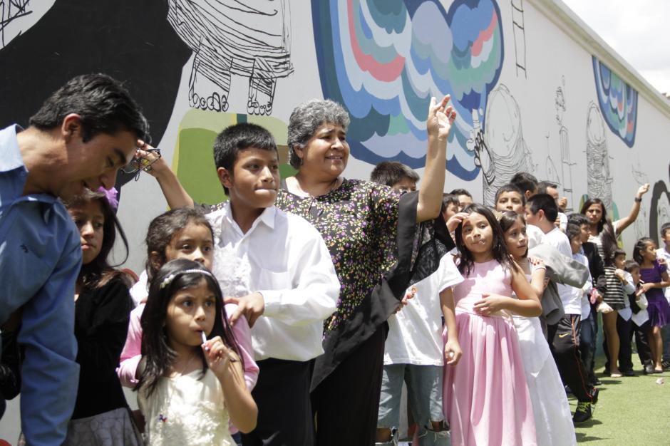 La hermana mayor de Juan Pablo Romero, Verónica, también participa de las actividades y baila junto a los niños.(Foto: Fredy Hernández/Soy502)