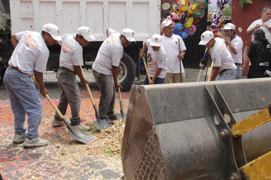 Guatemaltecos se preparan con anticipación para recibir el cortejo con las típicas alfombras de la Semana Santa. (Foto: Fredy Hernández/Soy502)
