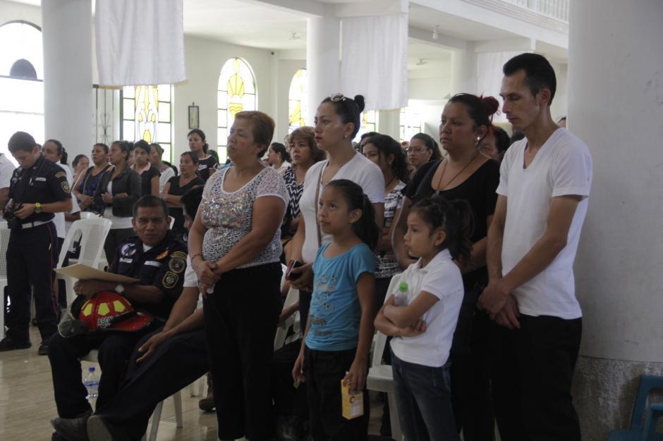 La familia de Erick Limatuj agradeció el apoyo de sus vecinos y los bomberos que asistieron al funeral. (Foto: Fredy Hernández/Soy502)