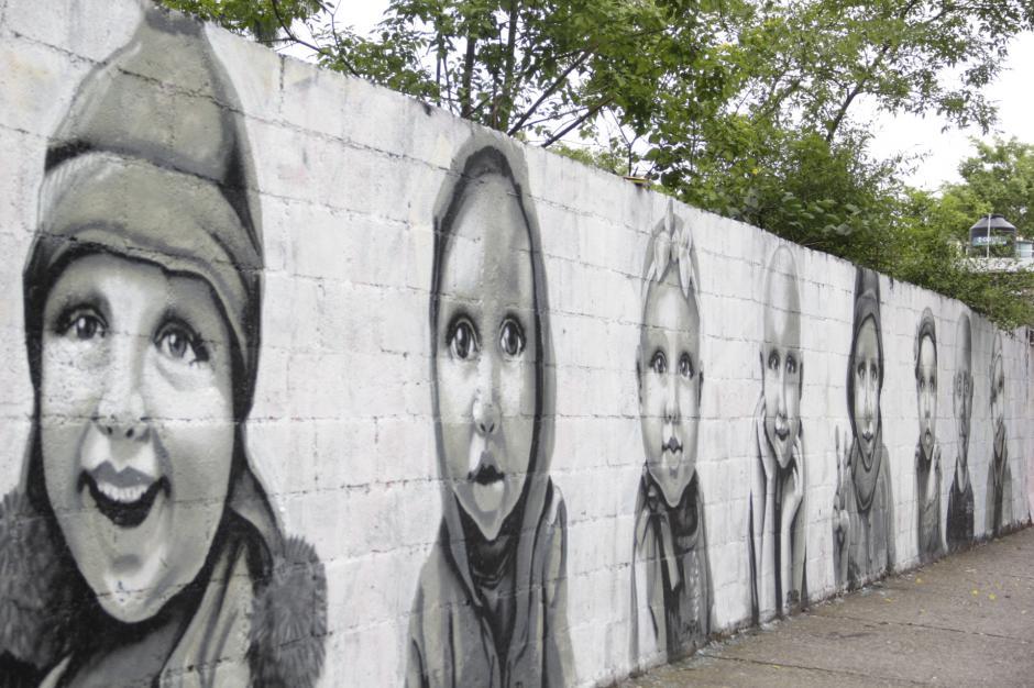 Varios rostros de niños que padecen cáncer han sido plasmados en este sector de la ciudad. (Foto: Fredy Hernández/Soy502)