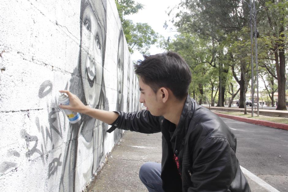 El artista, quien también es músico y diseñador gráfico, finalizó la mayor parte de sus dibujos una semana antes de la Feria de Jocotenango. (Foto: Fredy Hernández/Soy502)