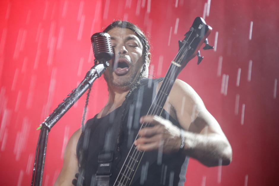 Robert Trujillo le puso energía al concierto a pesar de la fuerte lluvia. (Foto: Fredy Hernández/Soy502)