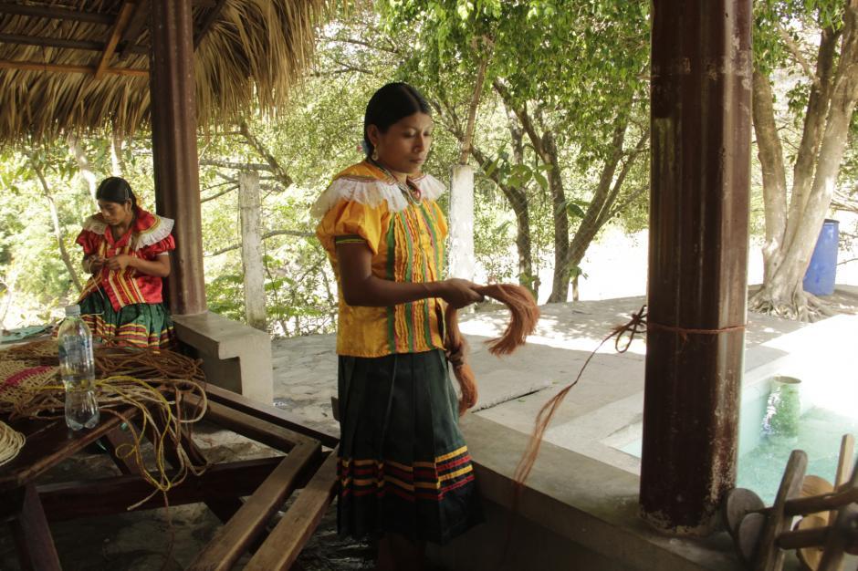 Mujeres chortís trabajan elaborando artesanías de maguey en el lugar. (Foto: Fredy Hernández/Soy502)