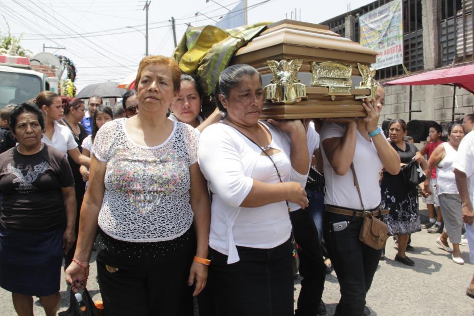 La familia de Erick lleva en hombros sus restos para llevarlo por última vez a su hogar. (Foto: Fredy Hernández/Soy502)