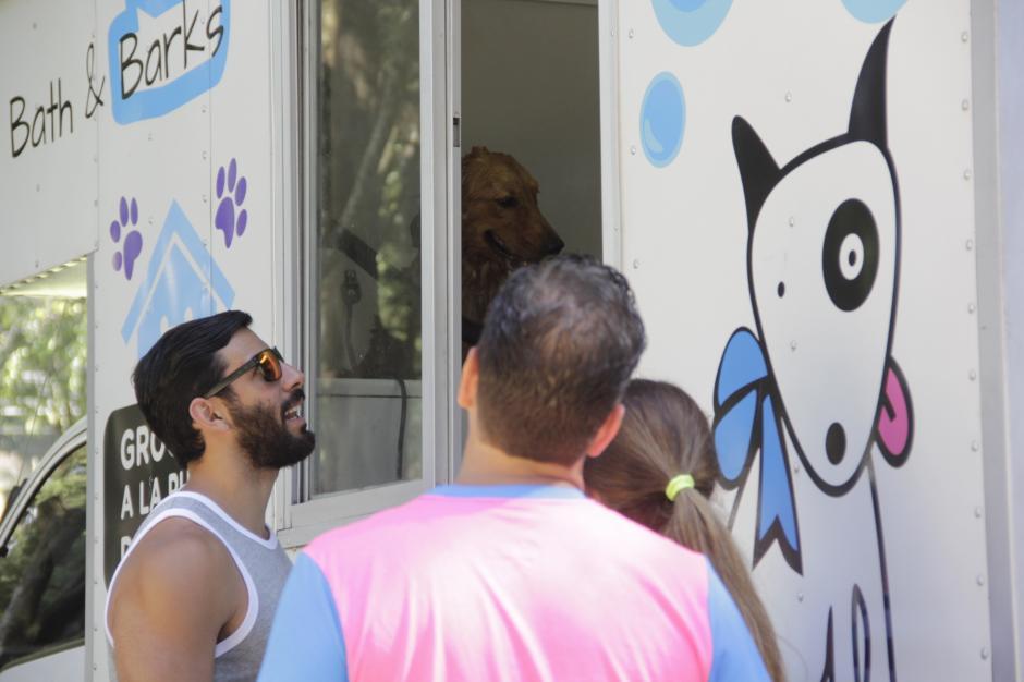 Mientras las mascotas tomaban un baño, sus dueños esperaban por ellas. (Foto: Fredy Hernández/Soy502)