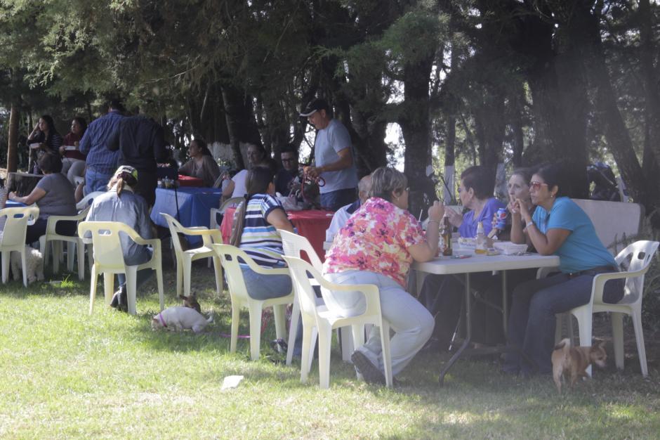 La hora del almuerzo reunió a las familias para disfrutar de una comida deliciosa al aire libre. (Foto: Fredy Hernández/Soy502)