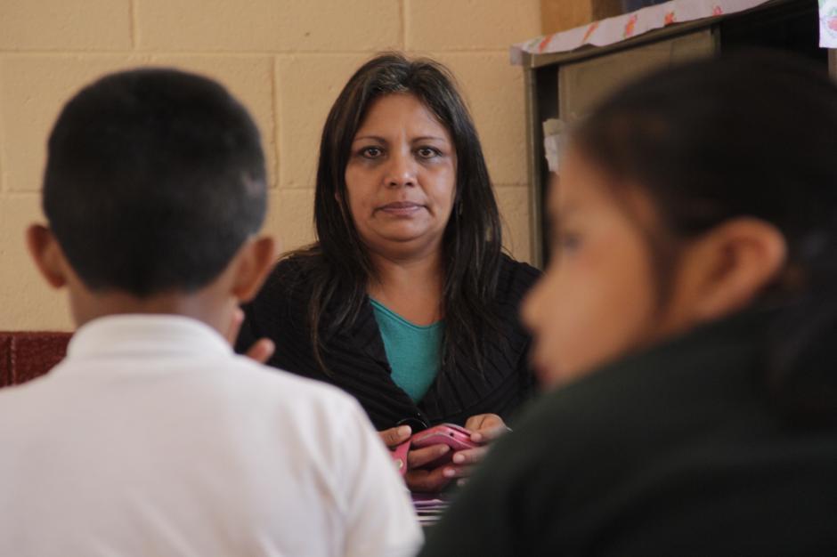 La maestra Rita Monterroso recuerda con mucho cariño a su alumno, quien siempre llegaba a saludarla cada día de clases. La pérdida aún afecta a sus estudiantes.(Foto: Fredy Hernández/Soy502)