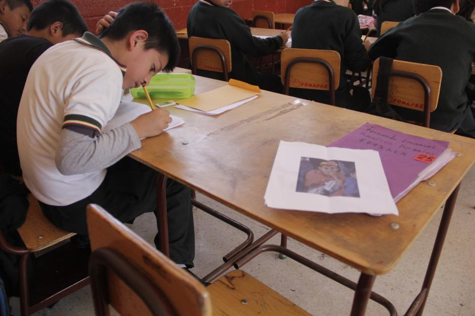 El lugar de Fernando Emanuel Ramírez Rosales está vacío, pero su recuerdo vive en los corazones de sus compañeros que ahora cursan el cuarto año de primaria. (Foto: Fredy Hernández/Soy502)