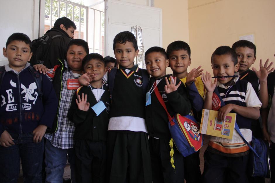A la salida del primer día de clases, los niños iban contentos por volver a verse y empezar una nueva aventura estudiantil.(Foto: Fredy Hernández/Soy502)