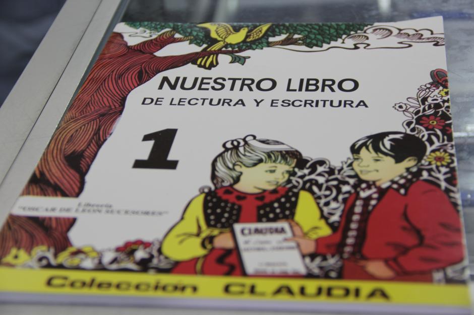 El libro de la colección Claudia es utilizado en los centros escolares, especialmente los de niñas.(Foto: Fredy Hernández/Soy502)