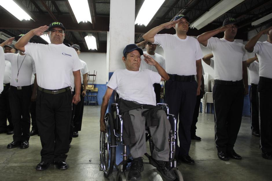 Otra de las consecuencias del accidente que sufrió cuando era militar, es la falta de fuerza en su brazo derecho. (Foto: Fredy Hernández/Soy502)