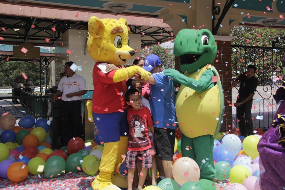Las mascotas del Irtra felicitan a la familia. (Foto: Fredy Hernández/Soy502)