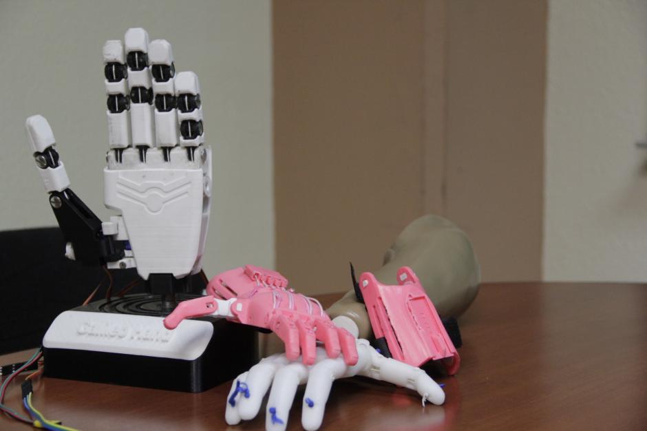 A la fecha, los estudiantes han creado la Galileo Hand, que se conecta a los músculos del paciente y obedece sus movimientos. Otra versión, pero mecánica, que se mueve con el impulso del brazo sano y la Raptor Hand, elaborada para la pequeña Luisa. (Foto: Fredy Hernández/Soy502)