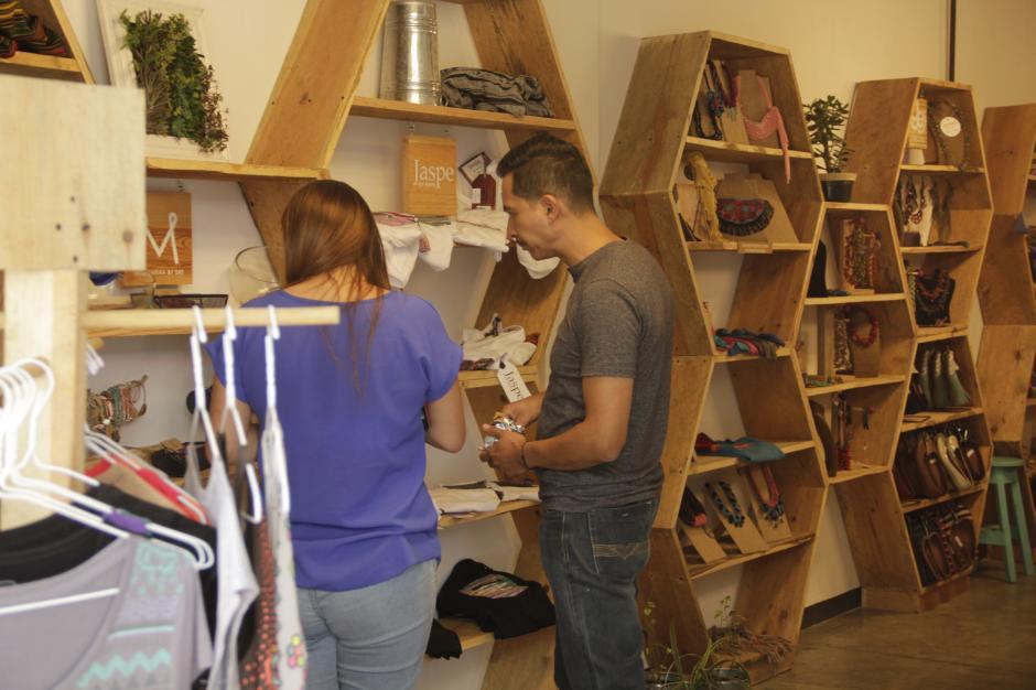 Hay productos como ropa, bufandas y zapatos artesanales. (Foto: Fredy Hernández/Soy502)