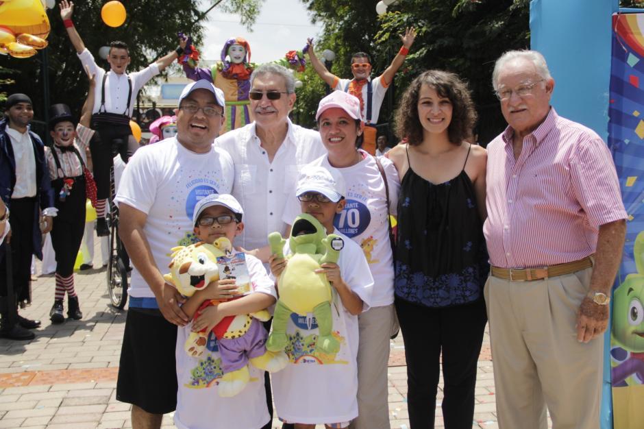 Gaby Moreno y Ricardo Castillo Sinibald dan la bienvenida a la afortunada familia. (Foto: Fredy Hernández/Soy502)