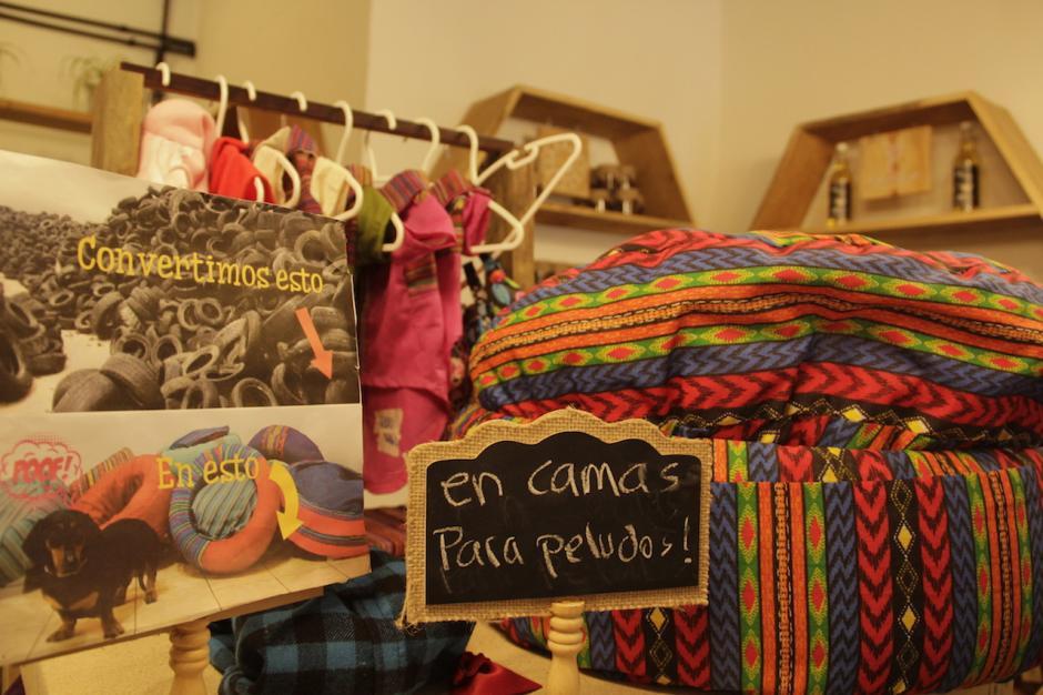 El espacio ofrece productos reciclados como camas para tus mascotas. (Foto: Fredy Hernández/Soy502)