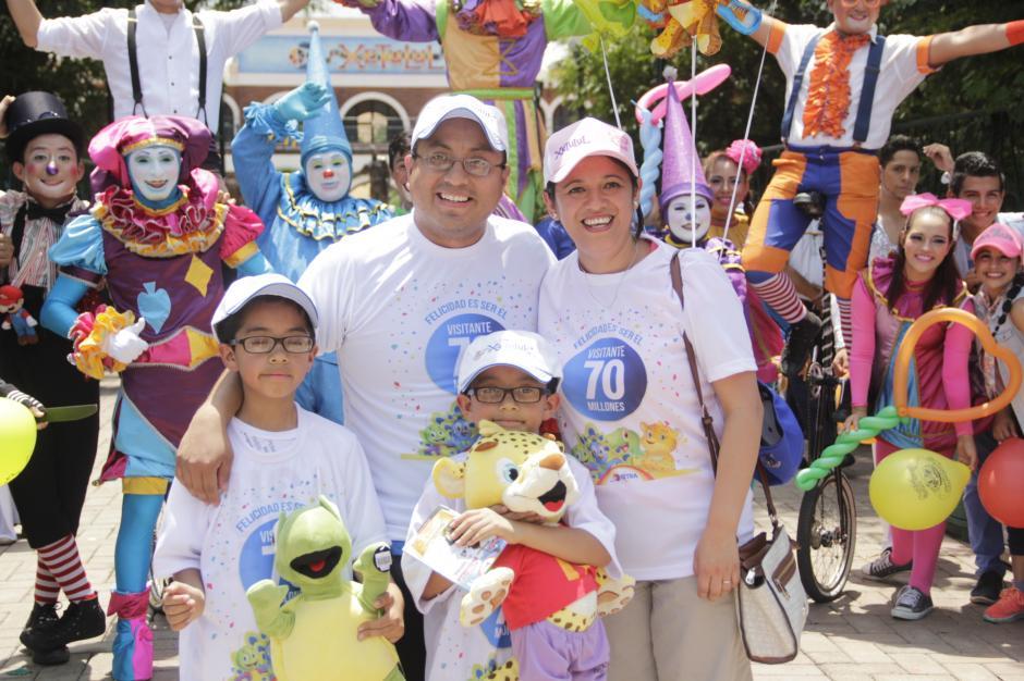 La familia Pérez fue con globos y muchas sorpresas en Xetulul. (Foto: Fredy Hernández/Soy502)