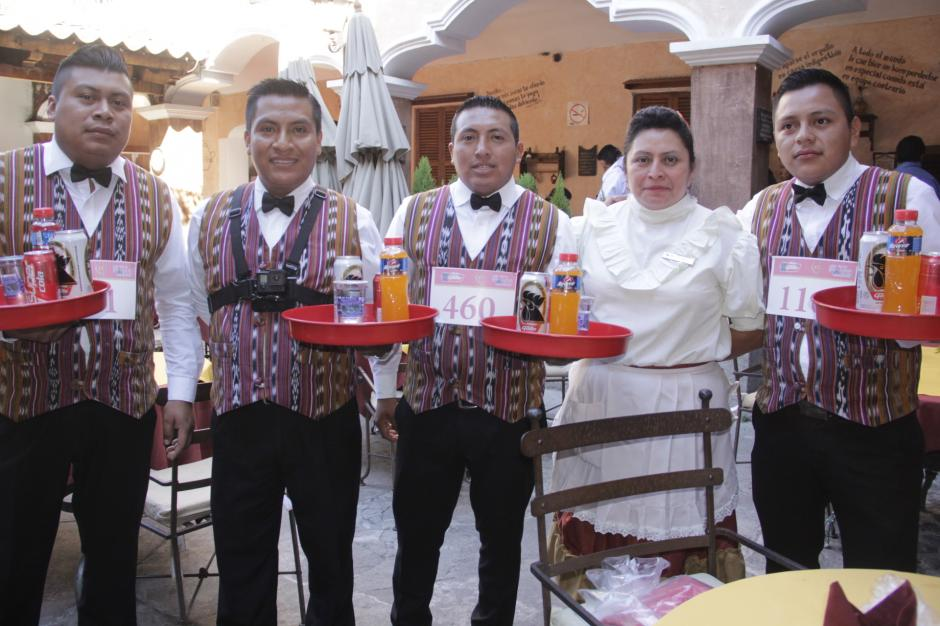 El equipo de meseros de la Fonda de la Calle Real se mostraron preparados para la competencia. (Foto: Fredy Hernández/Soy502)