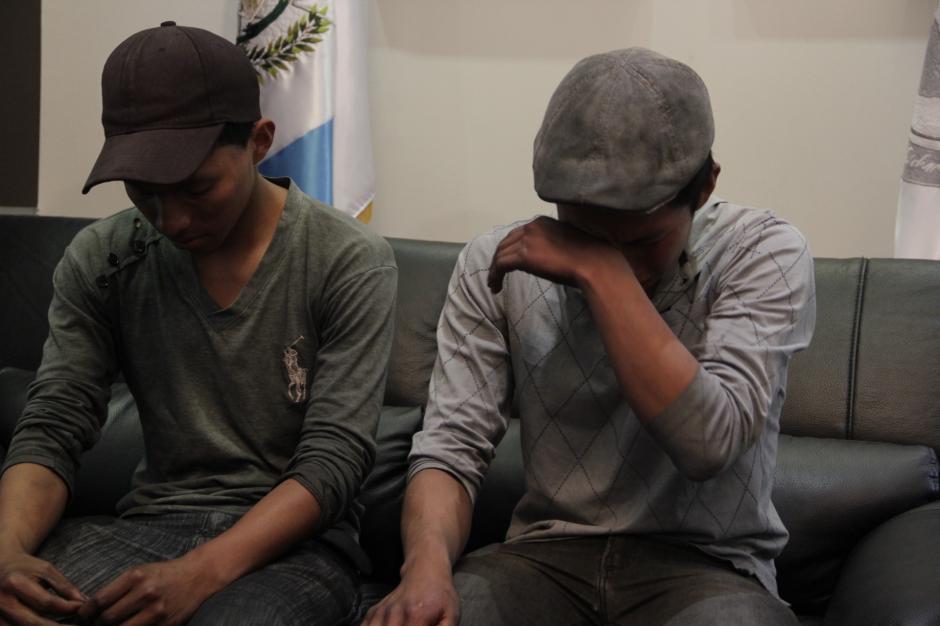 Al contar la historia, los hermanos se emocionaron al recordar las cosas negativas que les han dicho por desempeñar el trabajo de lustradores y vendedores ambulantes.(Foto: Fredy Hernández/Soy502)