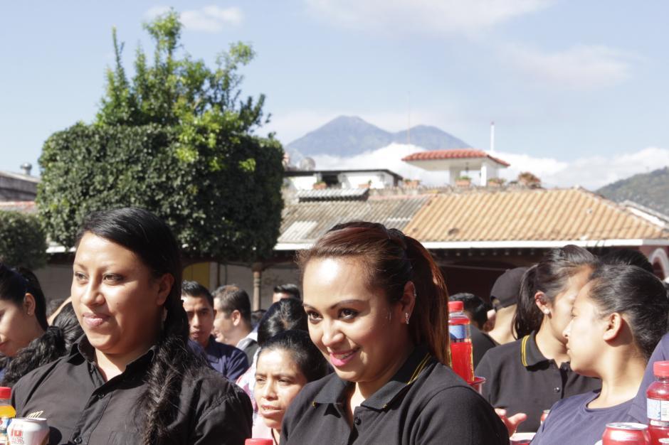 Las damas se preparaban para la salida y al fondo observan los volcanes. (Foto: Fredy Hernández/Soy502)
