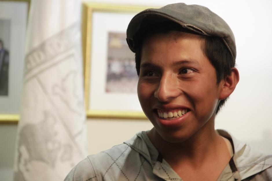 Mario no ocultó su sonrisa al recibir la noticia que a partir de ahora no tendrán que costear sus estudios, al recibir el apoyo de la Universidad Panamericana.(Foto: Fredy Hernández/Soy502)