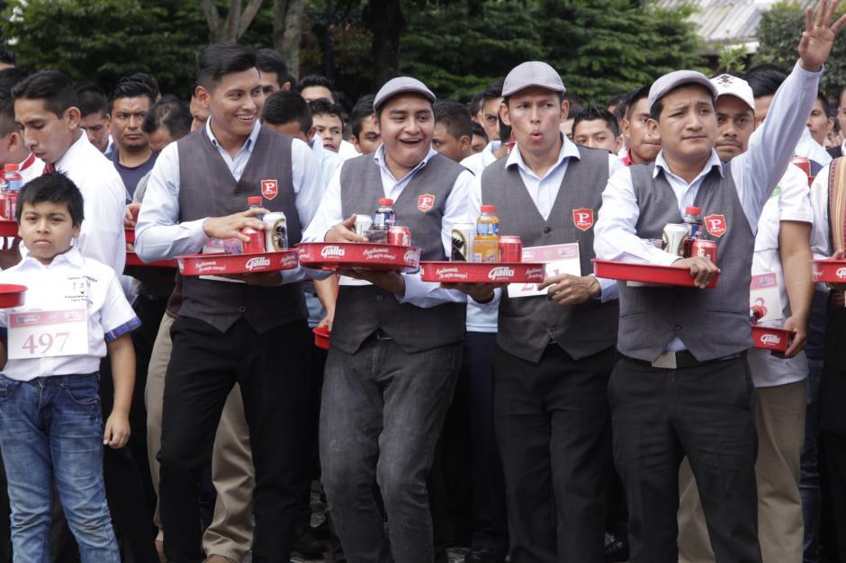 Los grupos de meseros esperaban la indicación para formarse. (Foto: Fredy Hernández/Soy502)