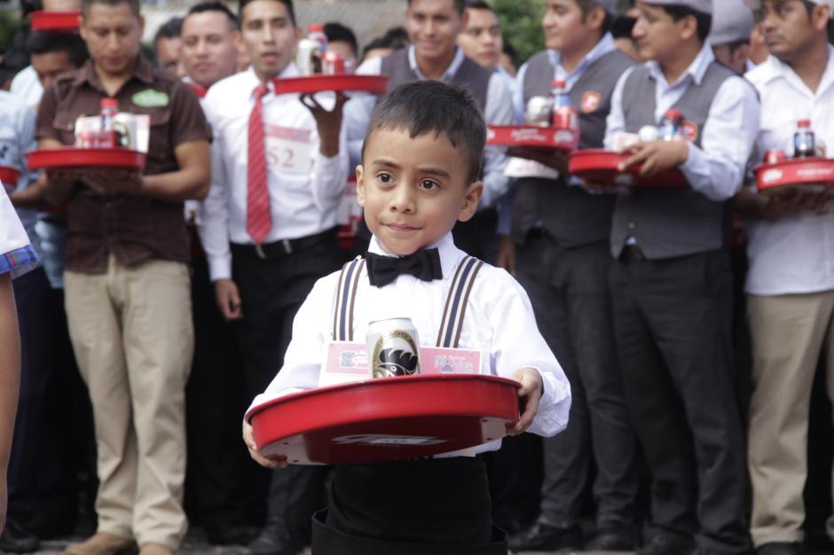 El más pequeñito llevaba una lata de cerveza en su charola. (Foto: Fredy Hernández/Soy502)