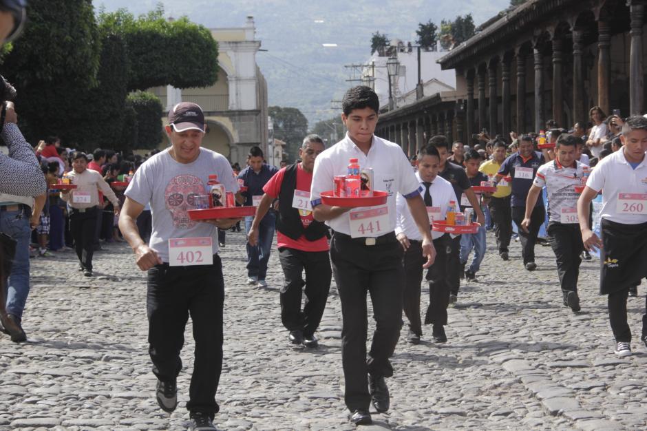 Los meseros trataron de hacer su mejor esfuerzo sobre las calles empedradas. (Foto: Fredy Hernández/Soy502)