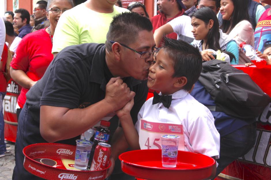 Un padre felicita a su hijo que lo acompañó en el recorrido. (Foto: Fredy Hernández/Soy502)