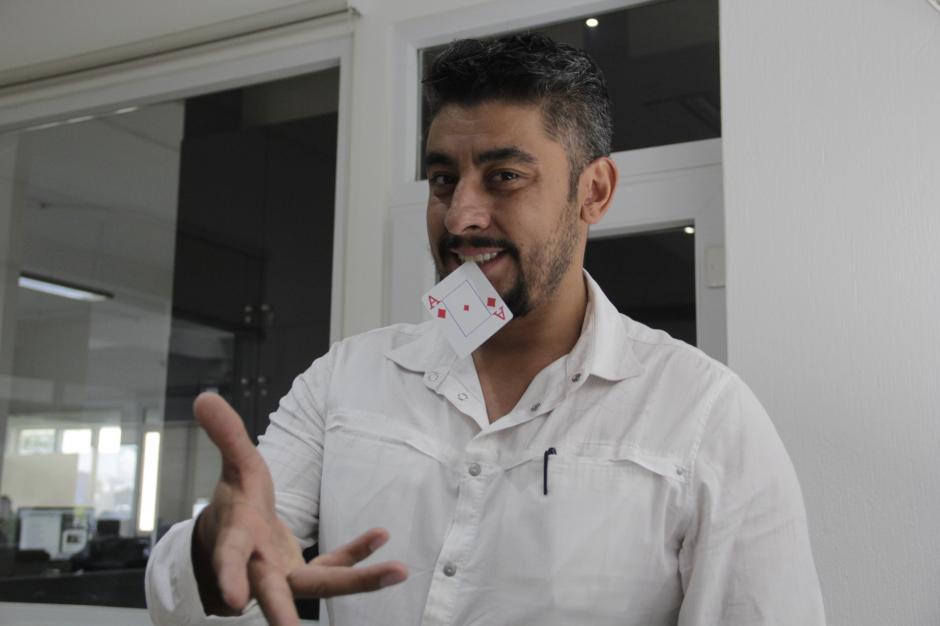 El mago Emir es un especialista en hacer trucos con las cartas. (Foto: Fredy Hernández/Soy502)