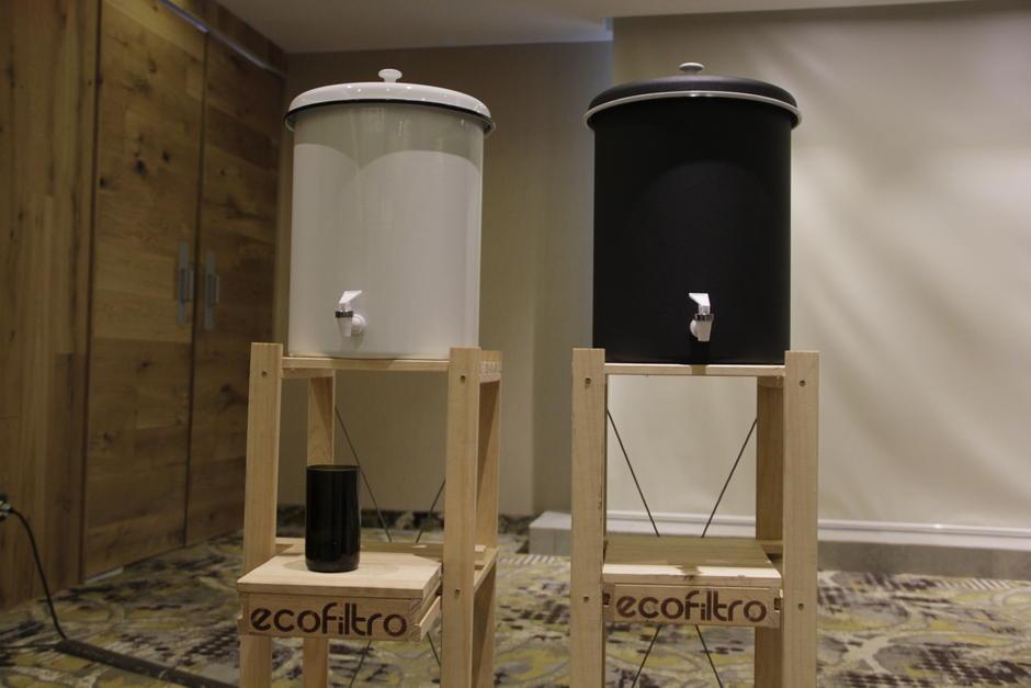 Ecofiltro también apuesta por ofrecer otros productos como estands para los recipientes y vasos de vidrio reciclado. (Foto: Fredy Hernández/Soy502)