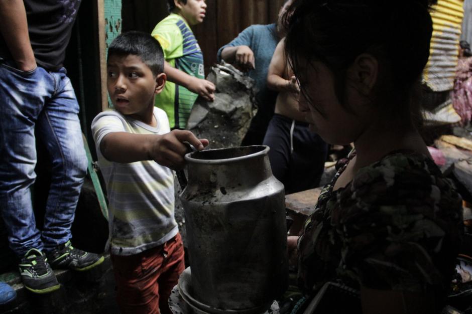 Varios niños colaboraron para sacar las partes inservibles de los locales. (Foto: Fredy Hernández/Soy502)