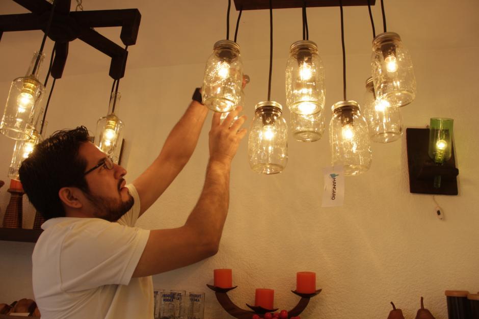 Las lámparas son hechas de una gran variedad de botellas. (Foto: Fredy Hernández/Soy502)