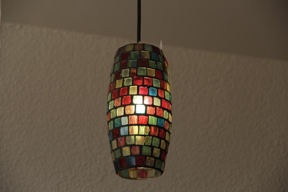 Han convertido otros objetos de vidrio en elementos de iluminación. (Foto: Fredy Hernández/Soy502)
