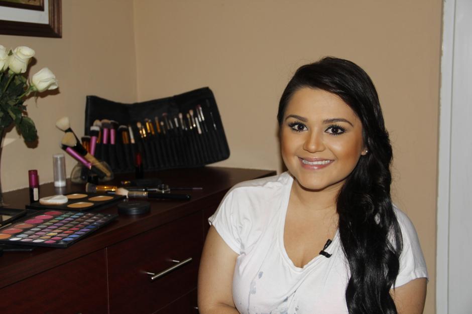 La maquillista Handy Mérida da unos tips para un maquillaje diario.(Foto: Fredy Hernández/Soy502)