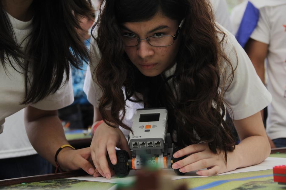 La participante del colegio Belga Guatemalteco analiza los movimientos de su vehículo durante las pruebas en la mesa de pruebas.(Foto: Fredy Hernández/Soy502)