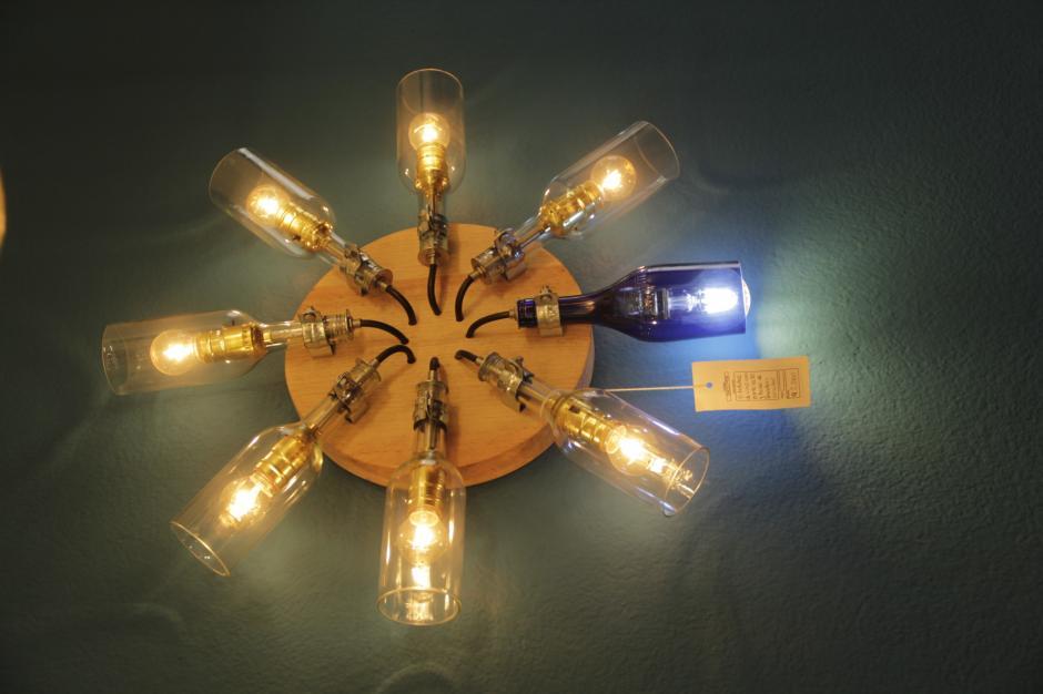 También elaboran lámparas de pared y de mesa.  (Foto: Fredy Hernández/Soy502)
