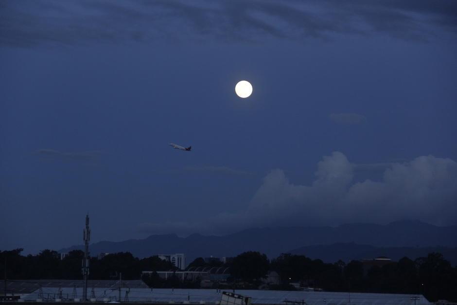 Cerca de las cinco y media de la tarde, la luna empezó a ascender. (Foto: Fredy Hernández/Soy502)