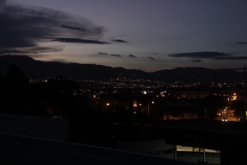 La tarde estuvo espectacular para observar la luna. (Foto: Fredy Hernández/Soy502)