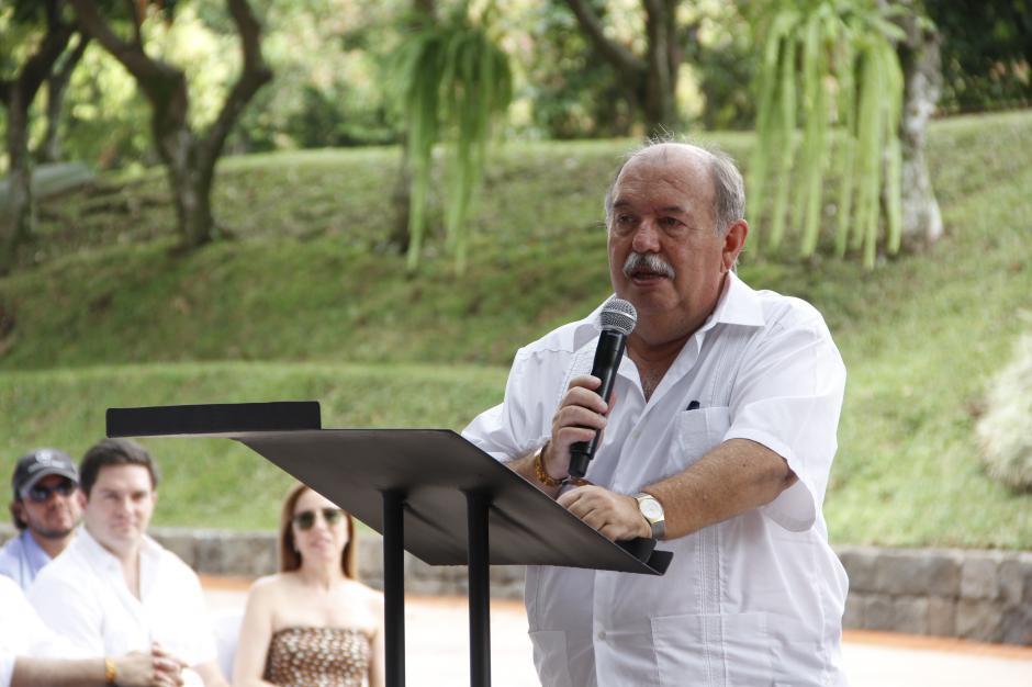 """Víctor Suárez, amigo del homenajeado, hizo un recorrido de la vida empresarial y laboral de """"Cayo"""", como le llaman cariñosamente a Ricardo Castillo. (Fredy Hernández/Soy502)"""