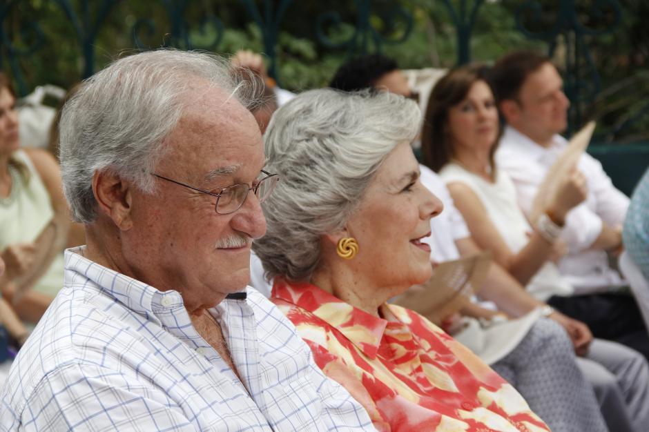 Don Ricardo y su esposa Beatriz escucharon antentamente cómo ha sido la vida empresarial y laboral de homenajeado. (Foto: Fredy Hernández/Soy502)