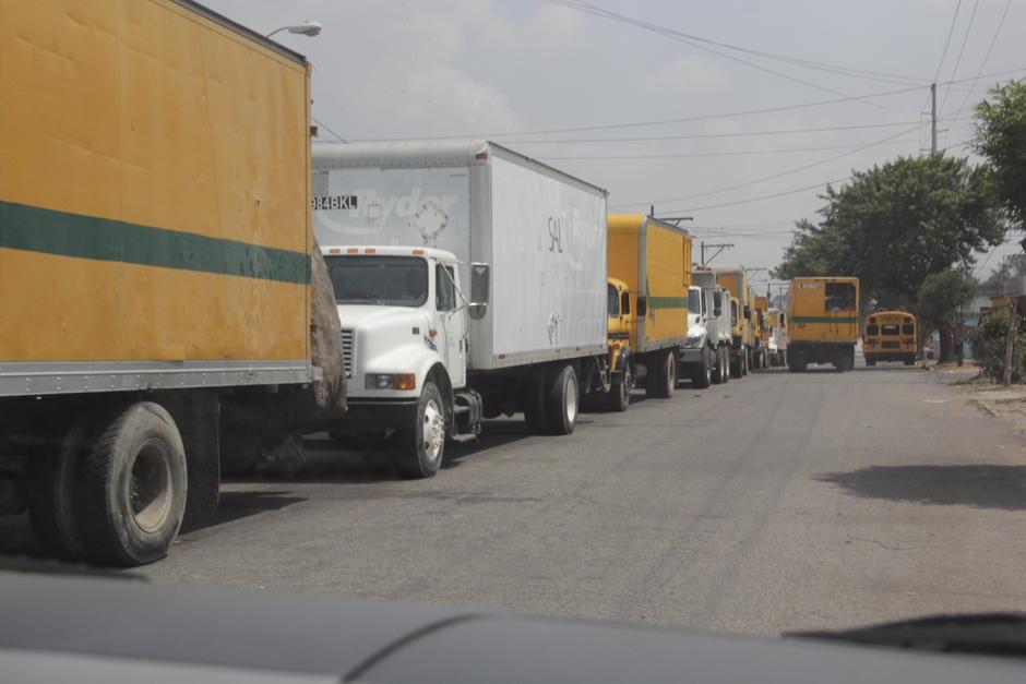 Decenas de camiones estaban estacionados este lunes a las afueras del vertedero para iniciar sus operaciones. (Foto: Fredy Hernández/Soy502)