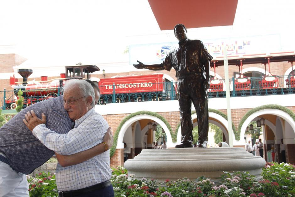 Don Ricardo Castillo fue felicitado por decenas de personas que resaltaron su labor y es un ejemplo para el país. (Foto: Fredy Hernández/Soy502)