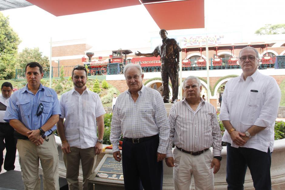 Una estatua de Ricardo Castillo Sinibaldi fue develada como homenaje a su trabajo desde hace 45 años frente a la institución. (Foto: Fredy Hernández/Soy502)