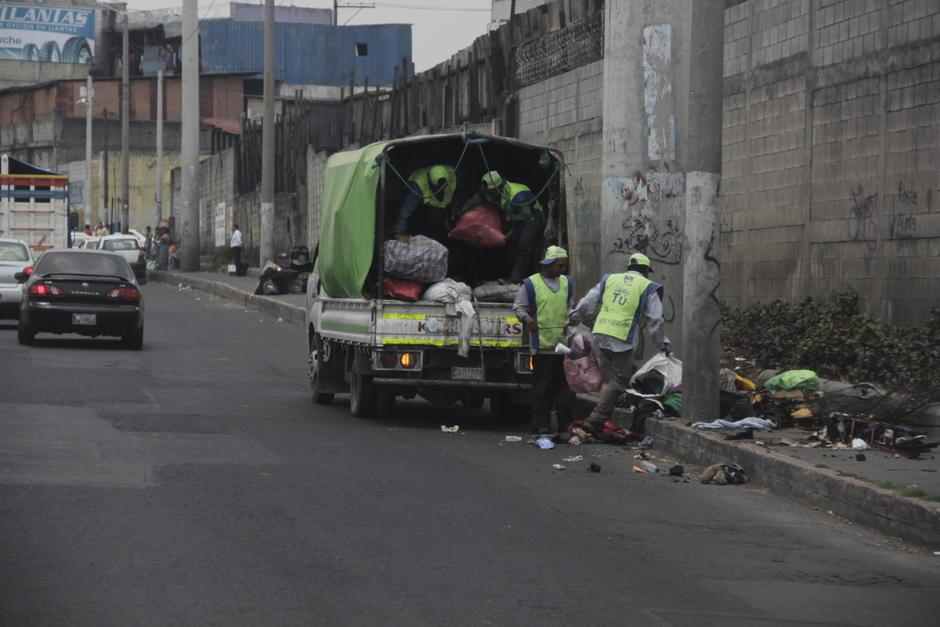 Empleados de la Municipalidad de Guatemala trataban de recolectar la basura de esos focos clandestinos. (Foto: Fredy Hernández/Soy502)