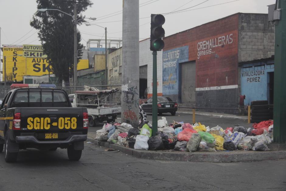 En varias zonas, principalmente cercanas a los mercados, se pudo observar focos de basura acumulada de los últimos días. (Foto: Fredy Hernández/Soy502)