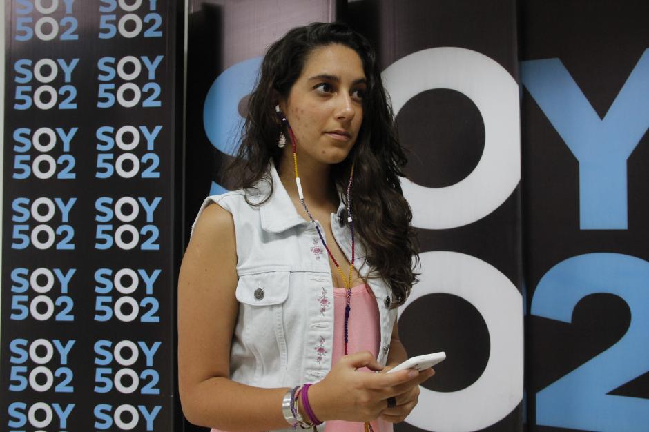 Sara Ríos luce un par de audífonos forrados con el mejor estilo de Tortilla Tiesa, una empresa netamente guatemalteca. (Foto: Fredy Hernández/Soy502)