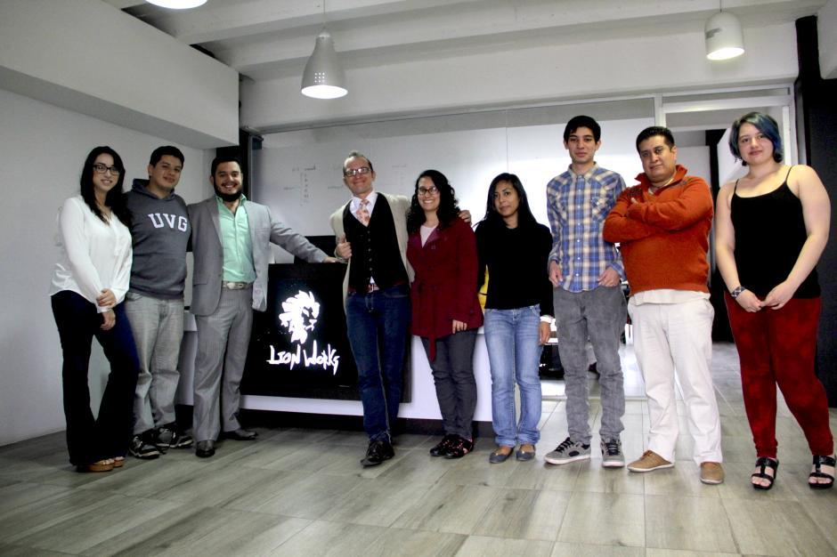 El equipo de Lion Works se siente satisfecho de ser los desarrolladores de una aplicación que llegará a millones de usuarios y a los que ayudará en su educación y formación escolar. (Foto: Fredy Hernández/Soy502)