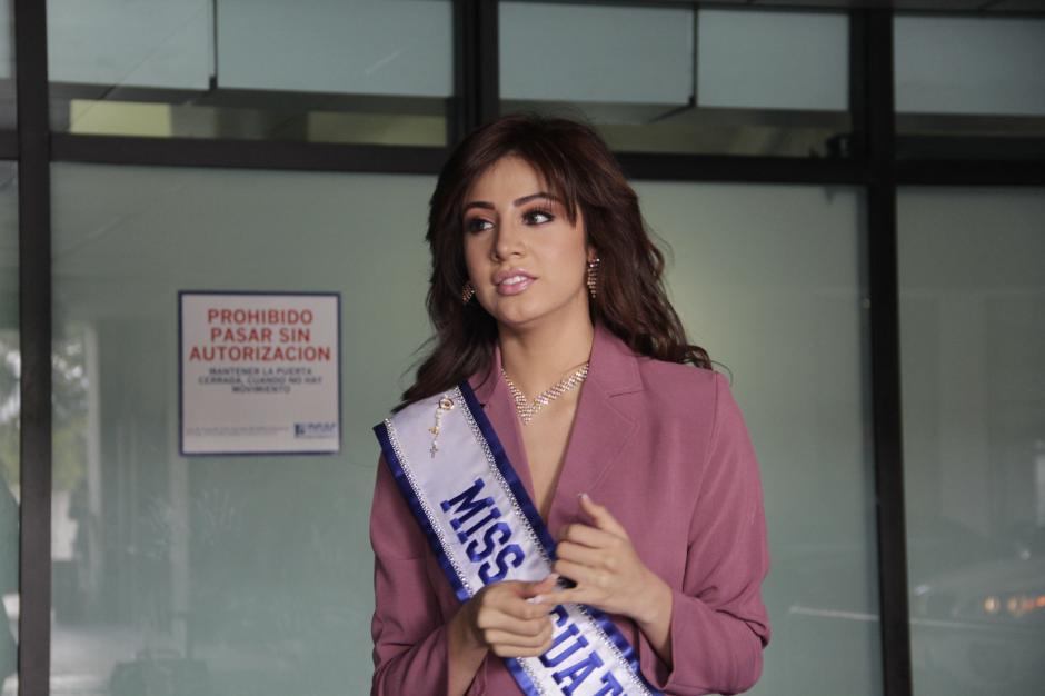 Aburto partió cerca de las 10 de la mañana hacia Guayaquil, Ecuador donde la espera su primera aventura como la máxima representante de la belleza guatemalteca.(Foto: Fredy Hernández/Soy502)